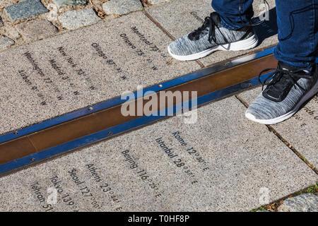 England, London, Greenwich, Royal Observatory, die Füße stehen auf beiden Seiten der Greenwich Meridian Line Stockbild