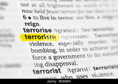 """Hervorgehobene englische Wort """"Terrorismus"""" und seiner Definition im Wörterbuch. Stockbild"""