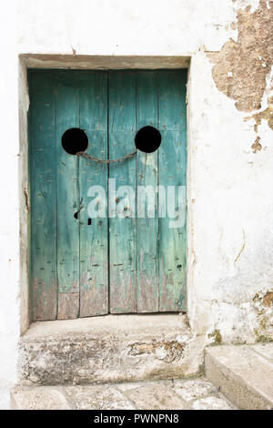 Specchia, Apulien, Italien - Eine alte Holztür mit Stahl Anschluss festgezogen Stockbild