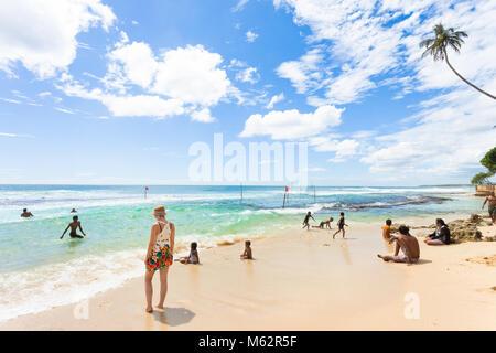 Koggala Beach, Sri Lanka, Asien - Dezember 2015 - Einheimische und Touristen entspannen im Koggala Beach Stockbild
