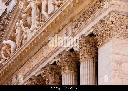 Detail auf dem New York Stock Exchange Gebäude in Lower Manhattan, New York City USA Stockbild