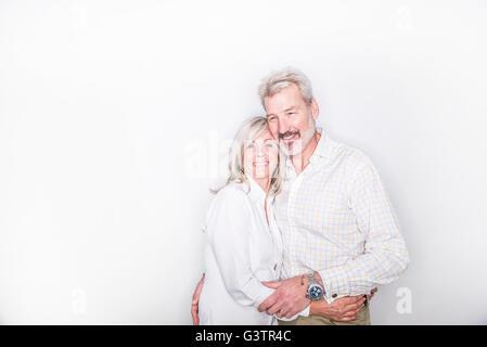 Ein älteres paar posiert in einem Studio suchen glücklich. Stockbild