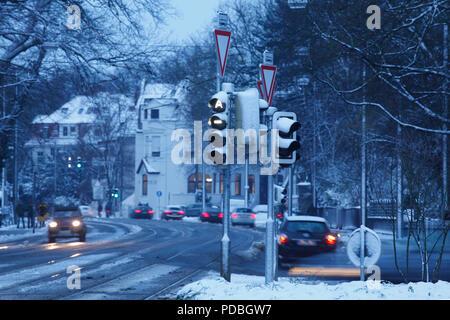 Verschneite Straße mit Verkehrsschild in Schwachhausen in der Morgendämmerung, Bremen, Deutschland, Europa Ich verschneite Straße mit Verkehrszeichen in Schwachhausen bei Morgen Stockbild