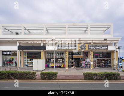 Typische Einkaufszentrum auf Nissi Avenue, Ayia Napa Zypern Stockbild