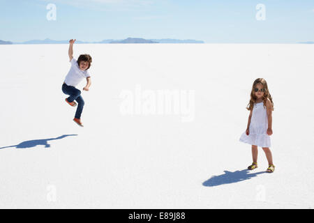 Kinder auf den Bonneville Salt Flats Stockbild