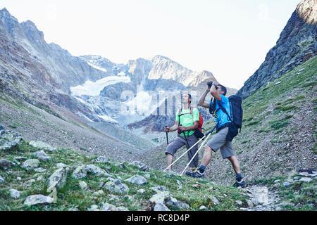 Wanderer mit Fernglas, Mont Cervin, Matterhorn, Wallis, Schweiz Stockbild