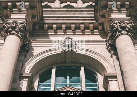 Berlin, Deutschland - Oktober 2017: Historische Fassade Details des Deutschen Reichstag (Parlament) mit klassischer Architektur. Stockbild