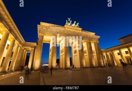 Beleuchteten Brandenburger Tor bei Nacht, Berlin, Deutschland Stockbild