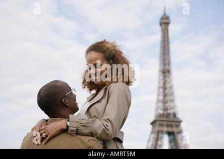 African paar Lächeln einander an Stockbild