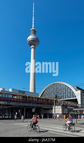 Der Fernsehturm (Fernsehturm) und Bahnhof Alexanderplatz, Berlin, Deutschland Stockbild