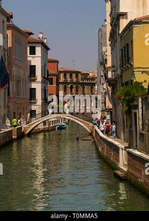 Venezianische verfallenen Fassaden und Spiegelungen an einem Kanal, Region Veneto, Venedig, Italien Stockbild