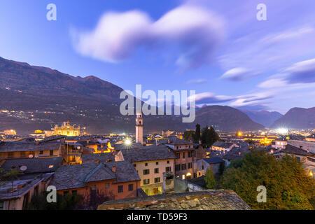 Stadt von Morbegno bei Dämmerung, Valtellina, Lombardei, Italien, Europa Stockbild