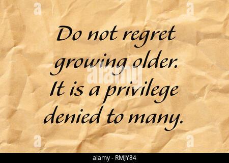 Nicht bedauern immer älter. Es ist ein Privileg, viele verweigert. Positives Altern Zitat auf Zerknitterten braunen Papier geschrieben. Stockbild