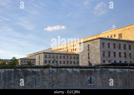 Die Berliner Mauer, mit dem Bundesministerium der Finanzen, (zuvor der Sowjet-Ära Ministerium der Ministerien) Stockbild