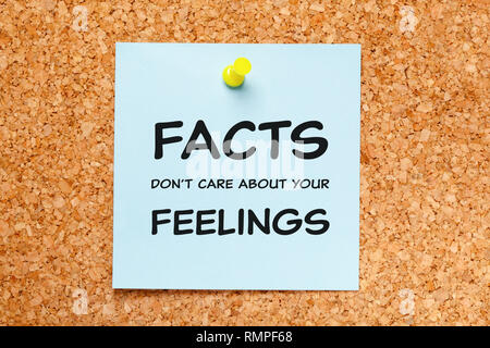 Zitat Fakten kümmern sich nicht um ihre Gefühle handschriftlich auf Blau Haftnotiz auf Kork Pinnwand angeheftet. Stockbild