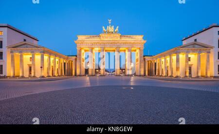 Berlin's Brandenburg Gate (Brandenburger Tor) in der Abenddämmerung. Stockbild