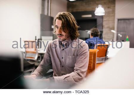 Geschäftsmann, arbeiten am Laptop im Büro konzentriert Stockbild