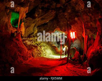 Beleuchtete Laterne In Höhle Stockbild
