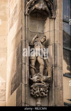 Alte historische Gebäude mit einer Statue zeigt, dass ein Ritter und ein Drache Stockbild