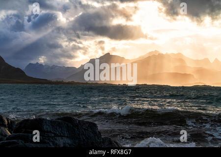 Sonnenstrahlen über der rauen See des Flakstadoya aus Vareid, Nordland, Lofoten, Norwegen, Europa Stockbild