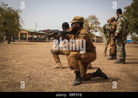 Eine portugiesische Special Forces commando Züge Burkina Faso Soldaten auf grundlegende Schlacht Bewegungen während der Übung Flintlock 2019 Februar 21, 2019 in Loumbila, Burkina Faso. Flintlock ist eine multi-nationale Übung bestehend aus 32 afrikanischen und westlichen Nationen an mehreren Standorten in Burkina Faso und Mauretanien. Stockbild