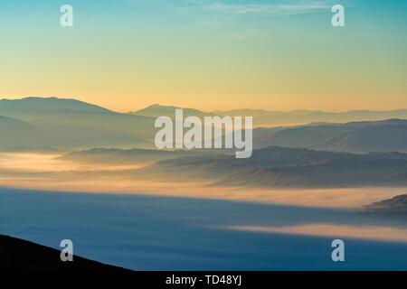 Apennin bei Sonnenaufgang auf dem Monte Cucco, Umbrien, Italien, Europa Stockbild