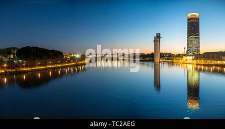 Blick auf den Fluss Guadalquivir mit dem Schindler Tower und Torre Sevilla Wolkenkratzer auf dem rechten Ufer, Sevilla. Spanien. Sehr hohe Auflösung Stockbild