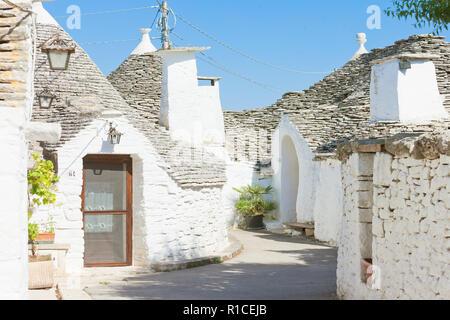 Alberobello, Apulien, Italien - Trulli innerhalb eines sehr kleinen Gasse Stockbild