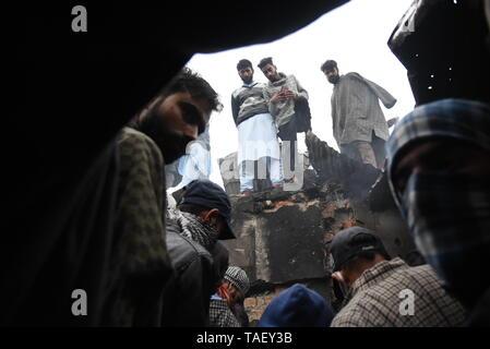 Kaschmir Dorfbewohner sind gesehen Inspektion Krieg verwüsteten Haus nach einer Schießerei in Pulwama, südlich von Srinagar. Zakir Ahmed Rashid Bhat Alias Musa war spät am Donnerstag durch die Sicherheitskräfte in Pulwama Bezirk getötet, als Sicherheitskräfte ein Cordon und Suchen in Dadsara Dorf zentralen Bereich gestartet hatte, südlich von Srinagar nach Informationen über militante Präsenz. Stockbild