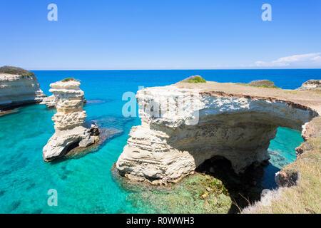 Sant Andrea, Apulien, Italien - mit Blick auf die riesige Höhle Bogen von der felsigen Küste Stockbild