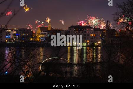 Feuerwerk in den Himmel auf Silvester in Berlin. Stockbild