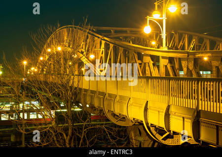 metallische Bösebrücke Brücke über Bahnhof in Berlin Wedding District bei Nacht Stockbild