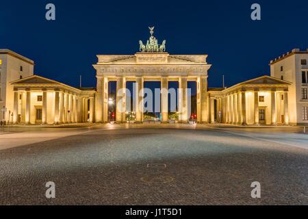 Das Brandenburger Tor in Berlin bei Dunkelheit beleuchtet Stockbild