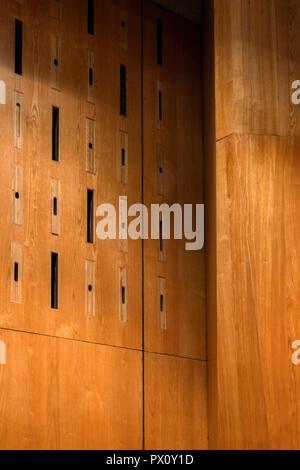 Holz Design Detail in der renovierten Purcell Room in der Queen Elizabeth Hall, Southbank Centre, London, Großbritannien. Stockbild