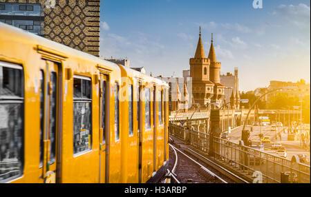 Panorama der historischen Berliner U-Bahn mit berühmten Oberbaumbrücke bei Sonnenuntergang, Berlin Friedrichshain Stockbild