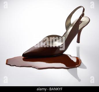 Frau Braun High Heel auf flüssige Schokolade Stockbild