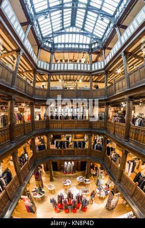 Liberty store, Interieur, Tudor Stil, Tudor Revival Architektur, Regent Street, London, England, Großbritannien Stockbild