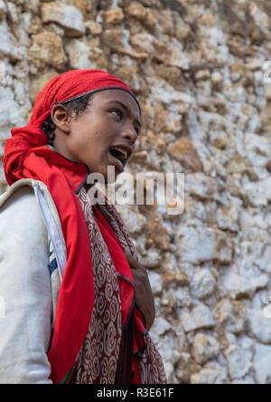 Sufi Frau mit einem roten Schleier in Trance während einer muslimischen Zeremonie, Harari Region, Harar, Äthiopien Stockbild