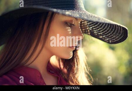 Nahaufnahme von nachdenklich Kaukasischen teenage Mädchen mit Hut Stockbild