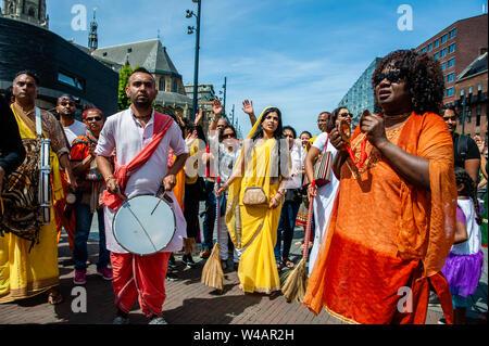 """Menschen tragen traditionelle indische Outfits Tanz und während der Feier singen. Das Festival der Wagen, auch bekannt als Ratha Yatra, ist ein zeitloses Festival, mit Ursprung in der antiken Stadt Jagannatha Puri in Indien. Seit Tausenden von Jahren, haben zu Jagannatha Puri wurde in Indien in das älteste Festival der Welt namens Ratha-yatra"""", den Wagen Festival"""". Jetzt Ratha-yatra wird jedes Jahr in Dutzenden von Städten rund um die Welt abgehalten. Das ratha Yatra Festival hat einen gemeinsamen Blick in den meisten großen Städten der Welt werden seit 1968 durch die ISKCON, Hare Krishna Bewegung Stockbild"""