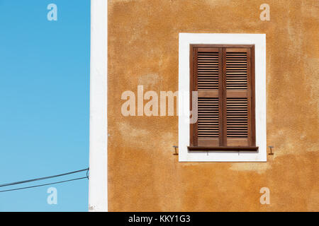 Fenster in Braun - Menorca - Balearen Stockbild