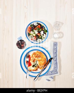 Griechische Küche, eine Schüssel mit Feta und Spinat Blätterteig-Server mit griechischer Salat und Stockbild
