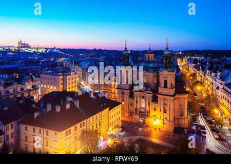 Prager Burg und der St. Nikolaus Kirche, vom Altstädter Rathaus turm gesehen, Weltkulturerbe der UNESCO, Prag, Tschechische Republik, Europa Stockbild