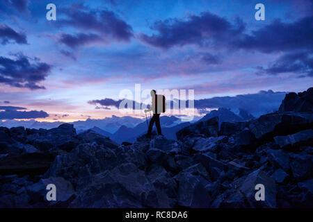 Wanderer in der Dämmerung, Mont Cervin, Matterhorn, Wallis, Schweiz Stockbild