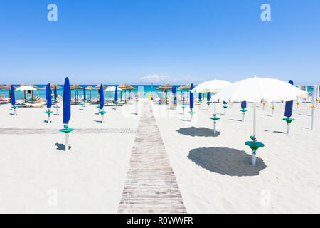 Alimini Grande, Apulien, Italien - 30. MAI 2017 - Start- und Landebahn auf das Mittelmeer Stockbild