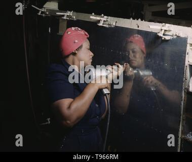 """Betrieb einer Handbohrmaschine an Vultee-Nashville, Frau arbeitet an einer Rache Sturzbomber, Tennessee. Obwohl das Bild von """"Rosie der Nieterin"""" der industriellen Arbeit von Schweißern und Nietmaschinen wider, die Mehrheit der arbeitenden Frauen gefüllt, die nicht im Werk Positionen in allen Bereichen der Wirtschaft. Was Unified die Erfahrungen dieser Frauen war, dass sie sich selbst bewiesen, und das Land, dass Sie die Arbeit eines Menschen tun könnte und tun es auch. Von Alfred T. Palmer, 1942 fotografiert. Stockbild"""