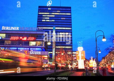 Europa-Center Gebäudekomplex und Verkehr-Strecken in Breitscheidplatz, Berlin, Deutschland Stockbild