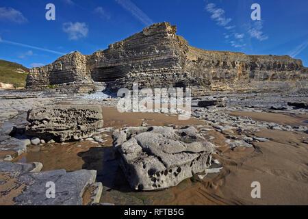 Die freiliegenden erodierten Felsen der Glamorgan Heritage Coast, Monknash, South Wales, Großbritannien, Europa Stockbild