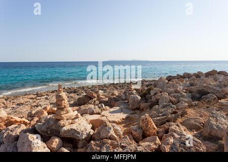 Cap de Ses Salines, Mallorca, Spanien - Die berühmten Orangen Pebble Stone am Strand von Ses Salines Stockbild