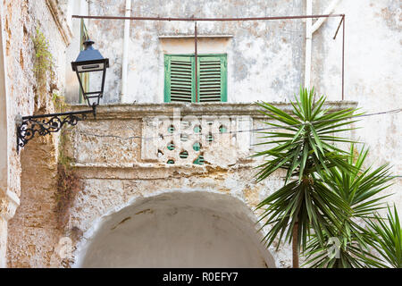 Presicce, Apulien, Italien - Zeit und Wetter fanden ihren Weg in diesem Balkon zu arbeiten Stockbild